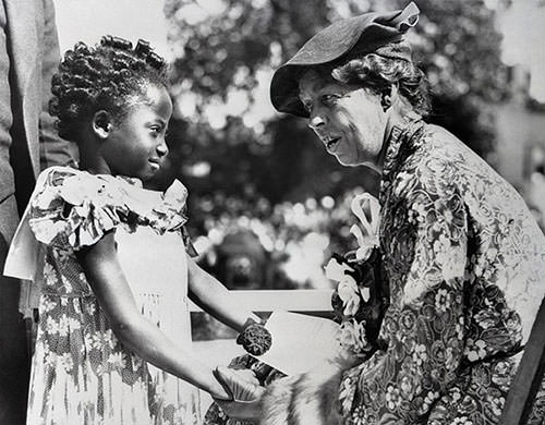 https://learnodo-newtonic.com/wp-content/uploads/2016/09/Eleanor-Roosevelt-with-an-African-American-child-in-Detroit-in-1935.jpg